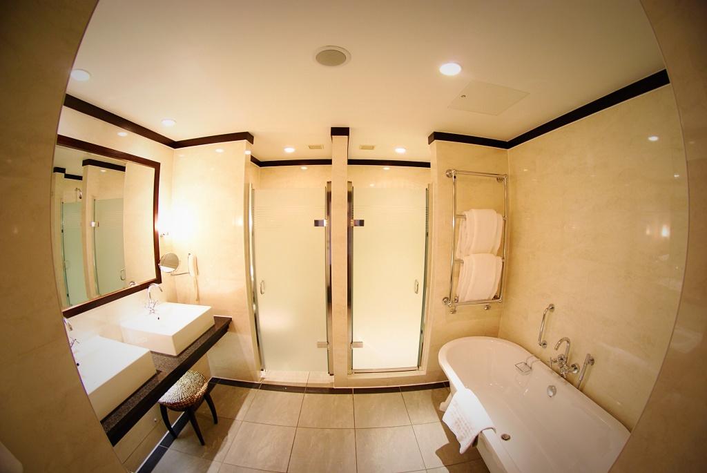 The braid house room Gleneagles Perthshire scotland bedroom bathroom