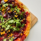 Recipe : Vegan Beetroot, Red Onion and Clementine Tarte Tartin