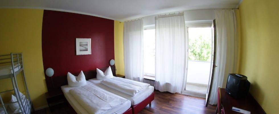 Hotel_alecsa_Olympiastadion_Berlin_bedroom